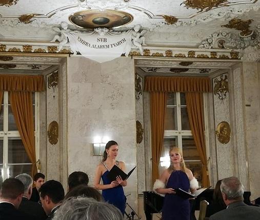 δεξιά η σοπράνο Χρύσω Μακαρίου στην περσινή εκδήλωση στο Alten Rathaus